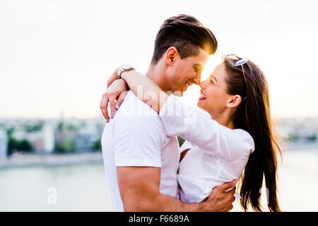 Jeune couple romantique et sur le point de baiser dans le magnifique coucher du soleil Banque D'Images