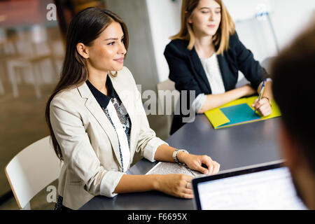 Belle businesswoman working in office Banque D'Images