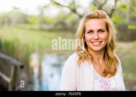 Belle femme blonde dans la nature Banque D'Images