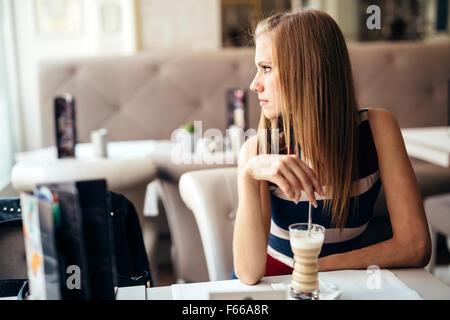 Belle femme appréciant son café dans le