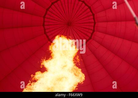 Flamme de gaz chauffage hot air balloon pour l'aider à se lever. Banque D'Images