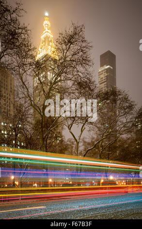 Gratte-ciel durant tempête sur Madison Square Park. Feux arrière voiture illuminent la neige sur la 5e Avenue. L'hiver Banque D'Images