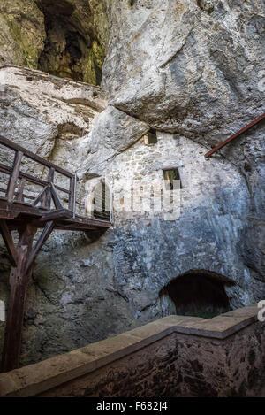 Intérieur du château de Predjama. Murs en pierre, portes et fenêtres. Banque D'Images