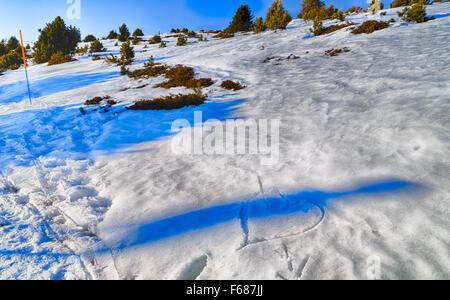 Les droits de l'ombre sur le cœur transpercé par une flèche tracée dans la neige Banque D'Images