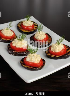 Apéritif de tomates et aubergines grillées avec de la farce épicée Banque D'Images