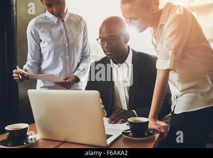 Gens d'affaires, d'entrepreneurs ethniques travaillent ensemble à l'aide d'un ordinateur portable Banque D'Images