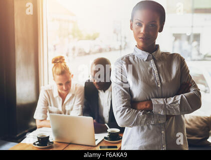Confiant black business woman standing in front of collègues Banque D'Images