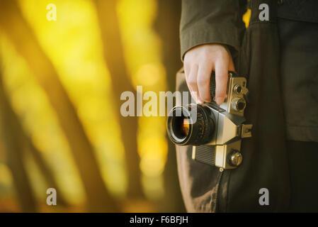 Explorer la nature photographe Hipster décor de l'automne avec de vieux film rétro vintage camera, tonique avec image selective focus