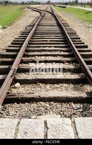 Fin de ligne de chemin de fer, pistes à l'intérieur d'Auschwitz II-Birkenau allemand nazi de concentration et d'Extermination Banque D'Images