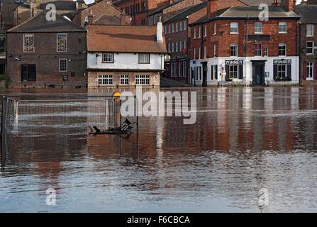 York, Royaume-Uni. Le 16 novembre, 2015. Forte pluie provoque la rivière Ouse aux propriétés riveraines d'inondation Banque D'Images