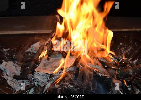 Bruler Le Livre Banque D Images Photo Stock 75556789 Alamy