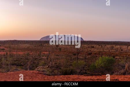 Le Territoire du Nord en Australie. Image panoramique de l'Ayers Rock au lever du soleil. Banque D'Images