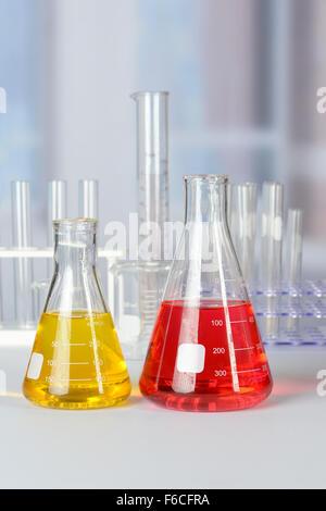 Flacons de laboratoire avec des liquides de différentes couleurs sur table lab Banque D'Images