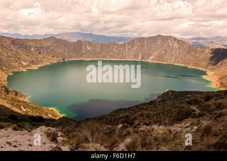 Lac de Quilotoa est la Caldeira remplis d'eau qui a été formé par l'effondrement du volcan après une éruption catastrophique Banque D'Images