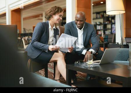 Les jeunes gens d'affaires de discuter des documents importants. Réunion de l'équipe d'affaires diversifié dans Banque D'Images