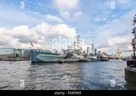 L'emblématique croiseur HMS Belfast, un musée et une attraction touristique populaire, amarré sur la Tamise dans Banque D'Images
