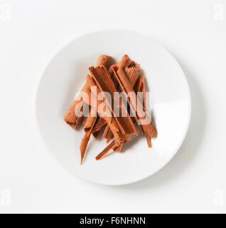 Assiette de copeaux de chocolat sur fond blanc Banque D'Images