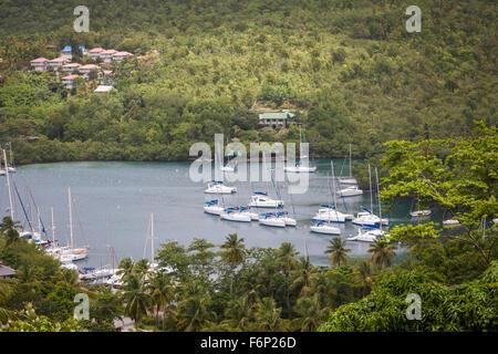 Coque mono yachts et voiliers sont au mouillage dans les eaux abritées de la Baie de Marigot à St Lucia. Banque D'Images