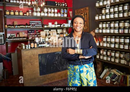 Black woman smiling in tea shop Banque D'Images