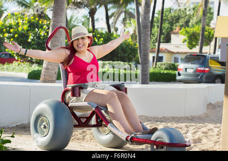 Paraplegic woman in wheelchair in park Banque D'Images