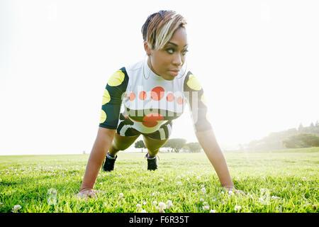 Black woman doing push Banque D'Images