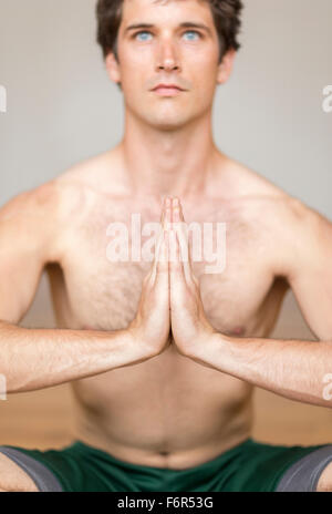 Man practicing yoga in studio Banque D'Images