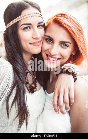Portrait de jeunes femmes en hippie style fashion embracing Banque D'Images