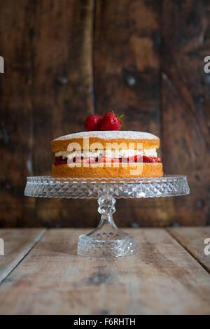 Gâteau éponge Victoria on Cake Stand Banque D'Images