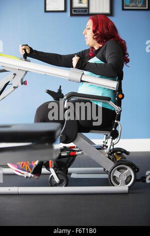 Femme handicapée de faire la thérapie physique Banque D'Images