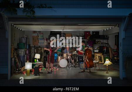 Portrait groupe jouant en garage Banque D'Images