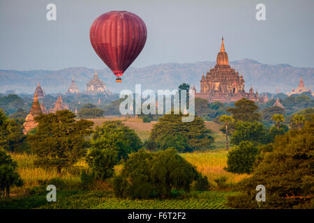 Hot Air Balloon flying over towers Banque D'Images