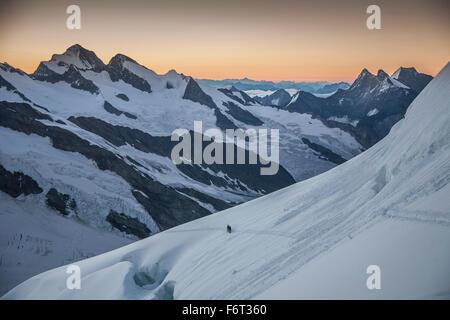 Randonneur sur les pentes des montagnes enneigées Banque D'Images