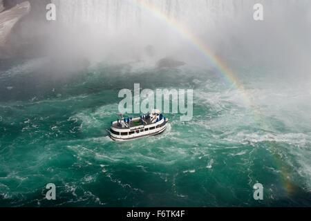 Fond fantastique avec le navire, bel arc-en-ciel et les chutes du Niagara Banque D'Images
