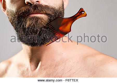 L'homme torse nu avec le sabot coincé dans Beard Banque D'Images
