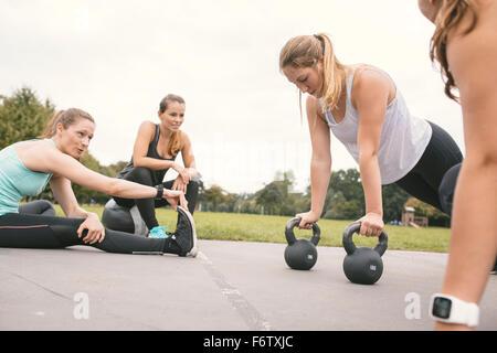 Quatre femmes ayant une piscine d'entraînement boot camp Banque D'Images