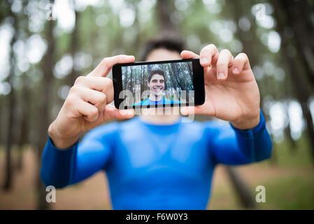 D'un coureur selfies sur l'écran d'un smartphone Banque D'Images