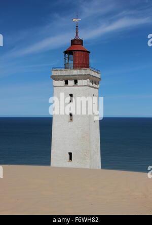 Ancien phare avec des dunes de sable et dans l'océan bleu horizon Banque D'Images