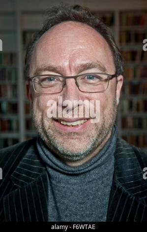 Jimmy Wales Walter Isaacson sur Steve Jobs à la Royal Institution de Londres un 5 x 15 événement. Le fondateur de Banque D'Images