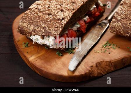 Sandwich avec du pain de farine de seigle foncé et le saumon. La saine alimentation Banque D'Images