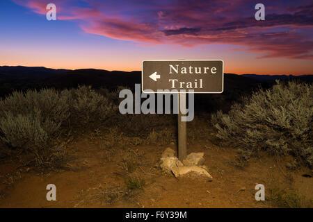 Un sentier nature signer au lever du soleil avec la flèche pointant vers la piste à la John Day Fossil jumeaux National Banque D'Images