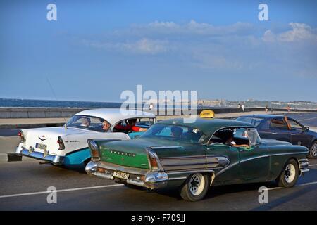 Old American Classic voitures roulant sur le Malecon en direction du centre-ville de La Havane à Cuba Banque D'Images