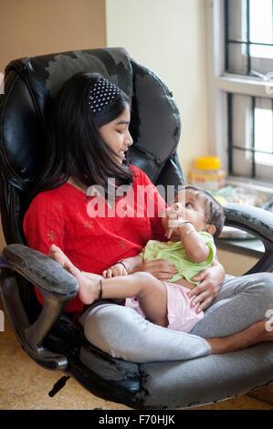 Sœur prendre soin de petit frère, l'Inde, l'Asie, M.#556 Banque D'Images