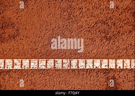 Détail de côté et de l'humidité sur un cour de tennis en terre battue Banque D'Images