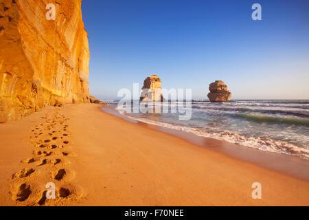 Traces sur la plage, à l'Douze Apôtres le long de la Great Ocean Road, Victoria, Australie. Photographié au coucher du soleil.