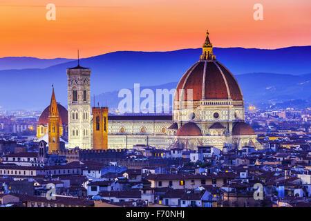 La Cathédrale et la coupole de Brunelleschi au coucher du soleil. Florence, Italie Banque D'Images