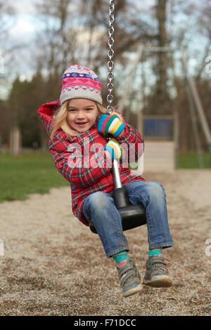 Fille enfant débarrasse sur Flying Fox jouer équipement dans une aire de jeux pour enfants. Seesaw, glisser, voler, Banque D'Images
