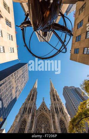 Vue grand angle de la statue en bronze de l'Atlas en face du Rockefeller Center et de la Cathédrale St Patrick, Banque D'Images