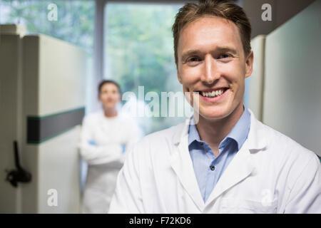 Deux scientifiques smiling at camera