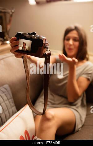 Femme heureuse de prendre l'appareil photo avec des selfies Banque D'Images