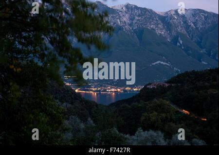 Nuit sur le Lago di Garda, vue de Tremosine en est, Monte Baldo- Italie Banque D'Images